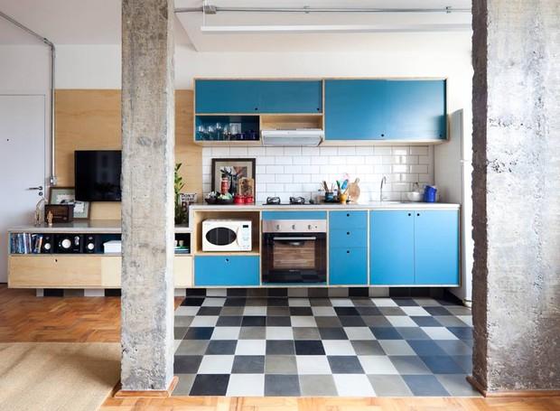 concreto-piso-ladrilho-hidraulico-marcenaria-piso-madeira (Foto:  Maira Acayaba/Divulgação)
