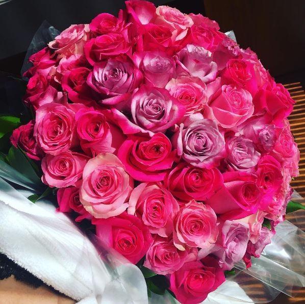 Marina Ruy Barbosa recebe flores do namorado (Foto: Reprodução/Instagram)