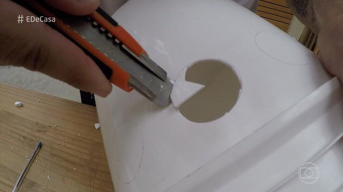 Use os canos para medir os furnos no balde (Foto: TV Globo)