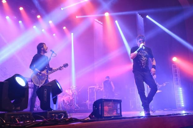 Beto Lee ao lado de Branco Mello em show da banda Titãs, em São Paulo (Foto: Rafael Cusato e Marcos Ribas/Brazil News)