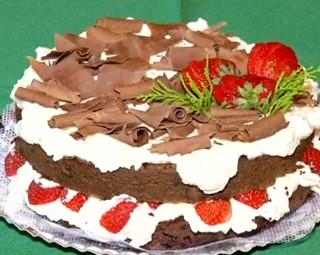 Faça em sua cada o bolo floresta negra com morango (Foto: Reprodução Rio Sul Revista)