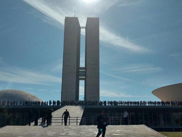 Indígenas na cobertura do Congresso Nacional, em protesto contra mudanças nas regras de demarcação de terras e pela saída do presidente da Câmara dos Deputados, Eduardo Cunha (Foto: Carolina Cruz/G1)