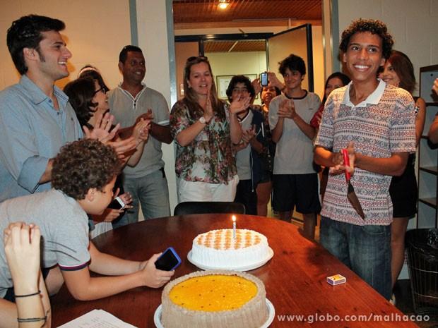 O aniversariante teve direito a duas tortas! (Foto: TV Globo / Malhação)
