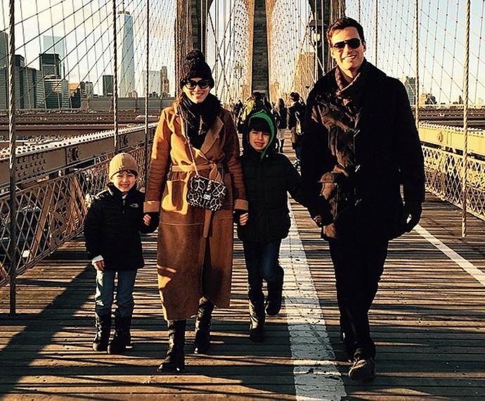 Carlos Casagrande com a esposa, Marcelly, e os dois filhos em viagem (Foto: Arquivo Pessoal)