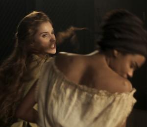 Branca dá um tapa na cara da escrava (Foto: TV Globo)