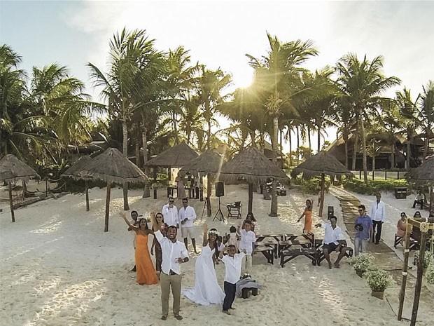 O casal carioca Thais e Filipe decidiu se casar no caribe mexicano e usou o drone para registrar a bela paisagem (Foto: Lucas Magno)