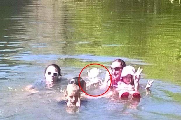 Família diz que suposto fantasma apareceu em foto tirada em rio na Austrália (Foto: Reprodução/Facebook/Kim Davison)