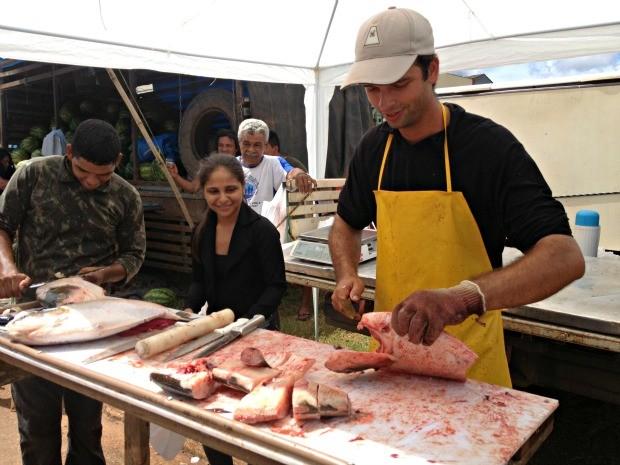 Antério Gava limpa e corta peixe de consumidor  (Foto: Ivanete Damasceno/G1)