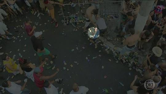 Arma cai no chão durante briga em bloco de SP; veja vídeo