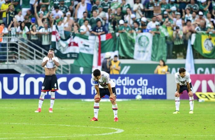 Palmeiras x São Paulo: jogadores do Tricolor desolados (Foto: Marcos Ribolli)