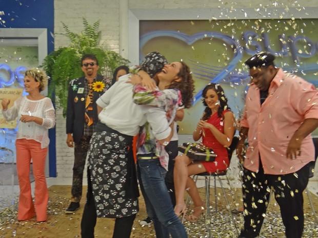 Max Fercondini corre para comemorar nos braços da amada (Foto: Mais Você / TV Globo)