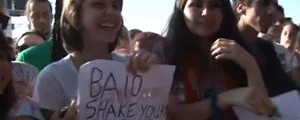 VÍDEO: fãs contam histórias dos cartazes que mostram às bandas (Reprodução)