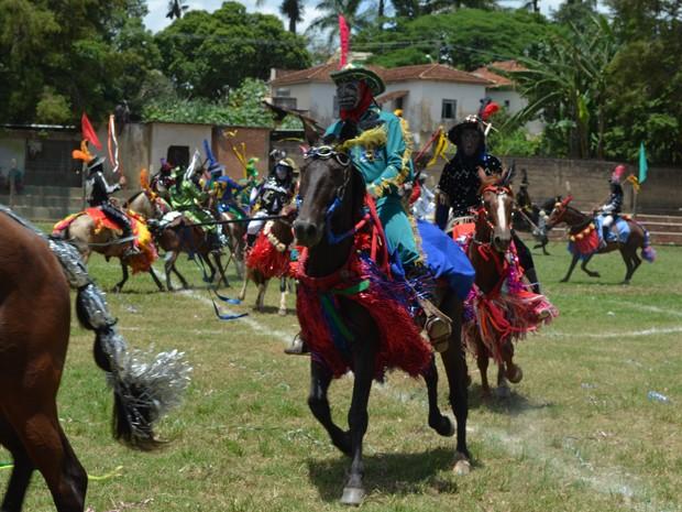 Cavaleiros encenam batalha medieval em Santana do Jacaré (Foto: Samantha Silva / G1)