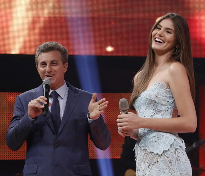 Luciano Huck com Camila Queiroz (Foto: Raphael Dias / Gshow)