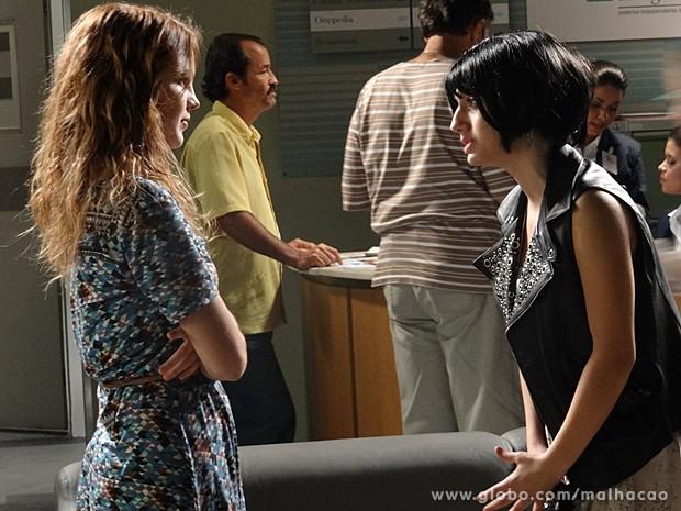 Anita descobre que Giovana se disfarça de Vânia Gil (Foto: Malhação / TV Globo)