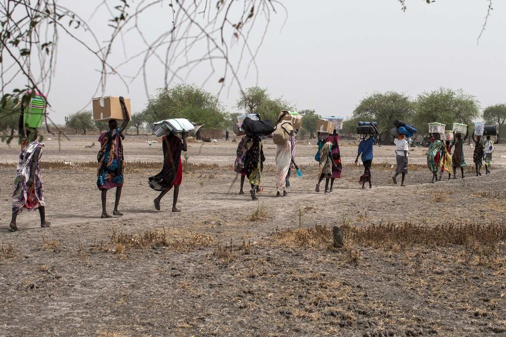 Mulheres ajudam a carregar equipamento de organização não-governamental em Thaker, no Sudão do Sul, em 21 de março de 2017  (Foto: Siegfried Modola/ Divulgação Médicos Sem Fronteira)