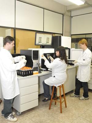 Funcionários do LaCTAD (Laboratório Central de Tecnologias de Alto Desempenho em Ciências da Vida) operam máquina que analisa genoma (Foto: Divulgação/Unicamp) (Foto: Divulgação/Unicamp)