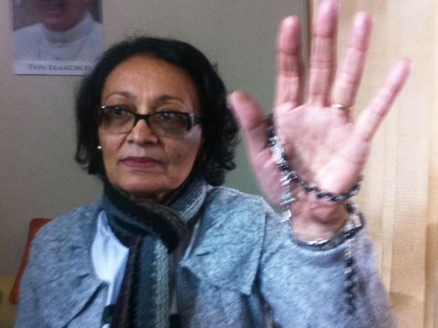 Maria Penha dos Santos mostra o terço que recebeu do Papa  (Foto: Tahiane Stochero/G1)