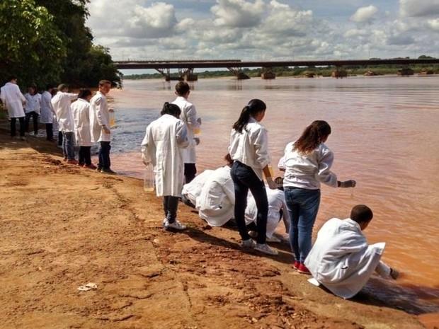 Alunos e professor filtram água do Rio Doce no Espírito Santo (Foto: Wemerson da Silva Nogueira/ Arquivo Pessoal)