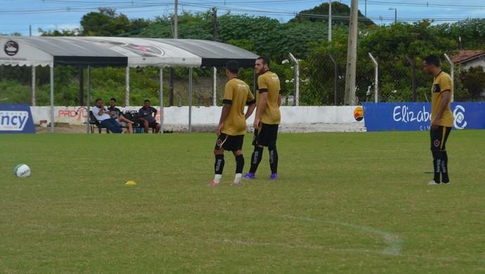Pedro Castro, Gustavo e Assis treinam cobranças de falta (Foto: Edgley Lemos / GloboEsporte.com/pb)