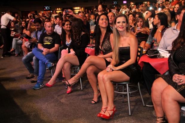 Graciele Lacerda e Flávia Fonseca em show da dupla Zezé Di Camargo e Luciano no Rio (Foto: Graça Paes/ Foto Rio News)