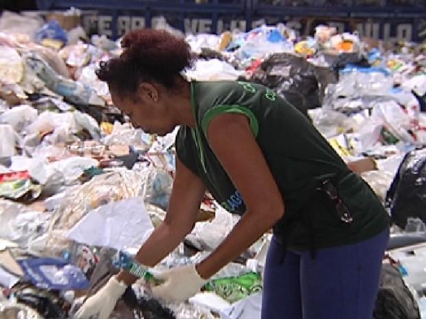 Agente separa lixo reciclável na cooperativa de Rio Preto (Foto: Reprodução / TV Tem)