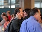 Tony Belloto e Malu Mader beijam muito em aeroporto