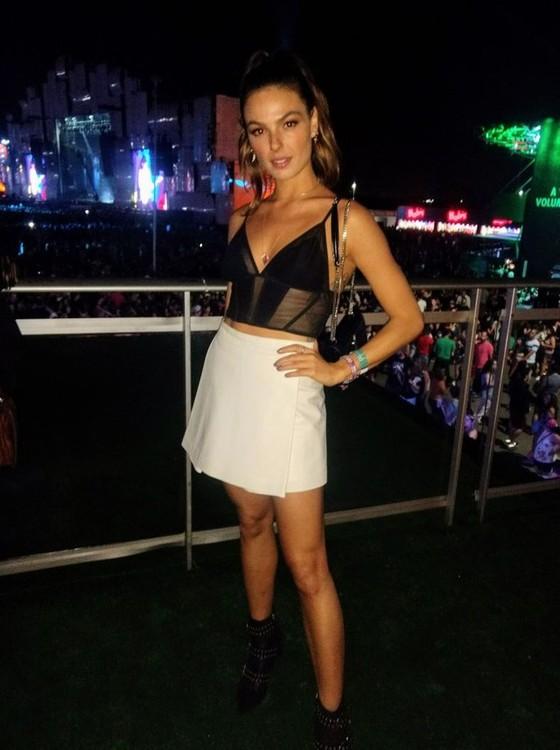 Isis Valverde também esteve presente no segundo dia do festival para ver o Maroon 5  (Foto: AG. News)