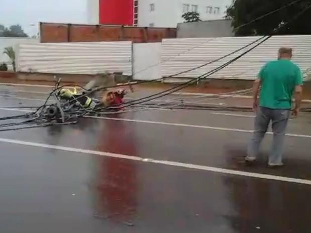 Mulher ficou presa em fios de alta tensão após poste cair em Rio Branco (Foto: Reprodução)