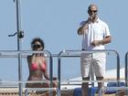 Te peguei! Rihanna usa binóculo para localizar paparazzo