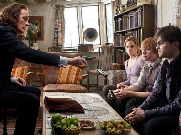 Os atores Daniel Radcliffe, Emma Watson e Rupert Grint em cena de 'Harry Potter e as relíquias da morte: parte 1' (Foto: AP)