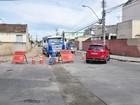 Rua do Centro de Campos, RJ, está em meia pista para obras de esgoto