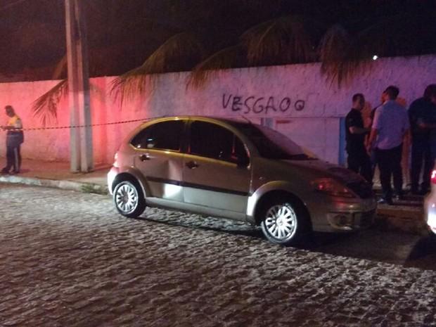 Veículo onde mulher foi encontrada estava com a porta traseira amassada (Foto: Vitória de Alencar / G1)