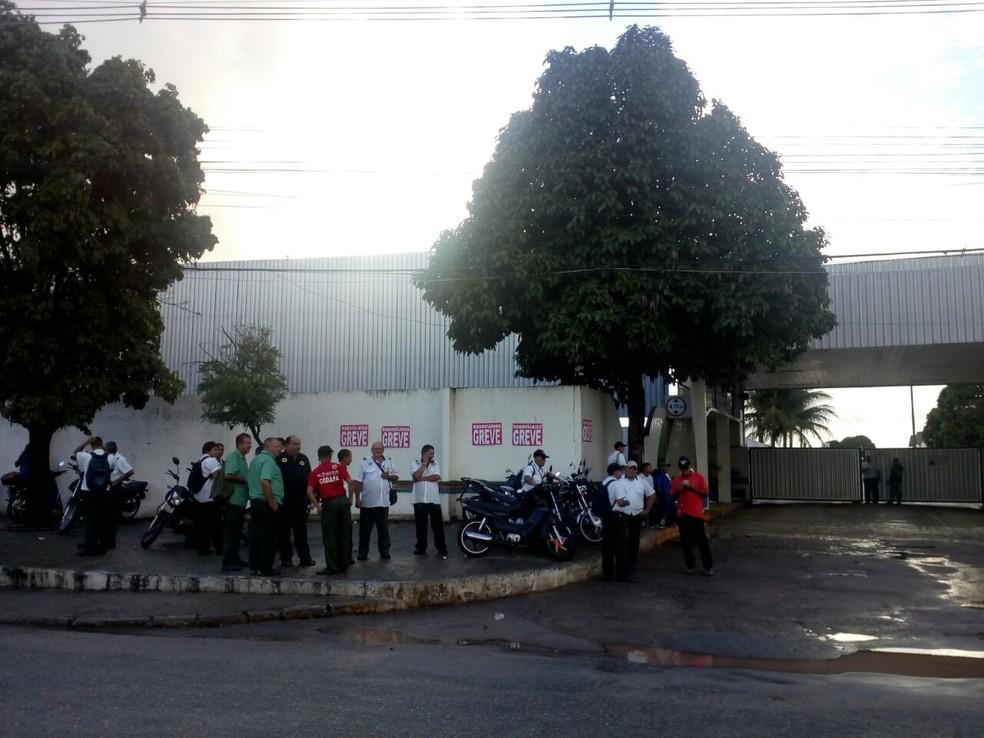 Garagem da principal empresa de transporte público de João Pessoa amanheceu fechada nesta sexta-feira (Foto: André Resende/G1)