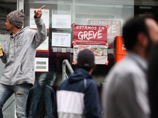 Cartazes com aviso da greve dos bancários cobrem a fachada de uma agência do banco Itaú na Avenida Engenheiro Luís Carlos Berrini, no Brooklin, Zona Sul de São Paulo (Foto: Fábio Tito/G1)