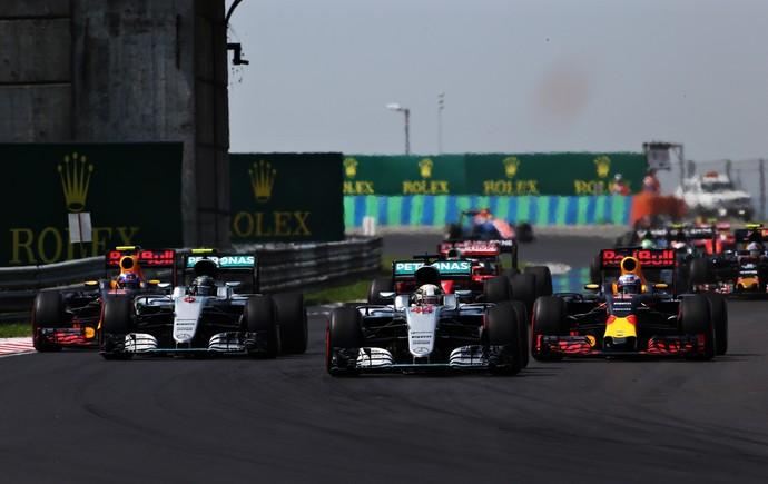 Lewis Hamilton ultrapassou Nico Rosberg logo na largada do GP da Hungria (Foto: Getty Images)