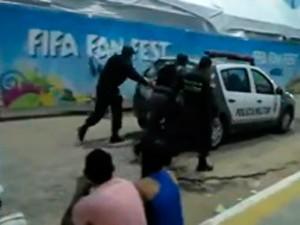 Policiais empurram carro da PM na Fifa Fan Fest, em Natal (Foto: Diogo Brito/G1)