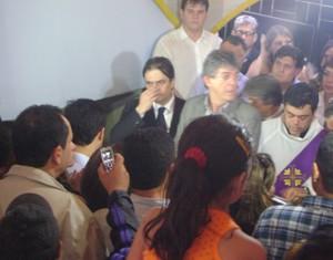 Cássio acompanhou o enterro ao lado do governador da Paraíba, Ricardo Coutinho. (Foto: Rafael Melo/G1)