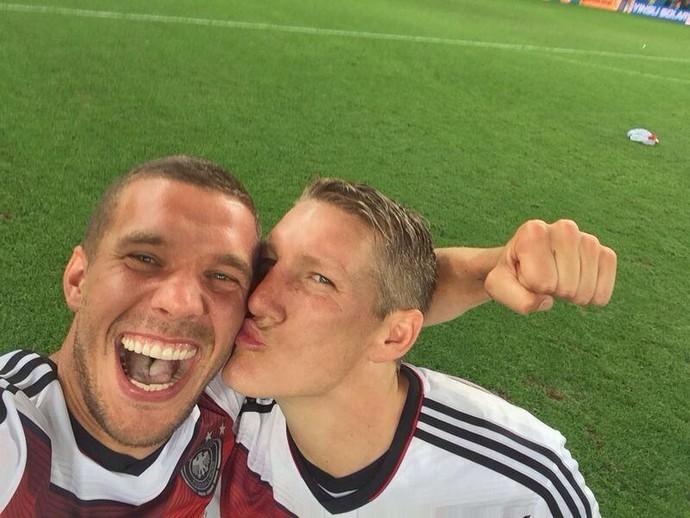 Podolski posta foto recebendo beijo de Schweinsteiger após título alemão (Foto: Reprodução/Twitter)