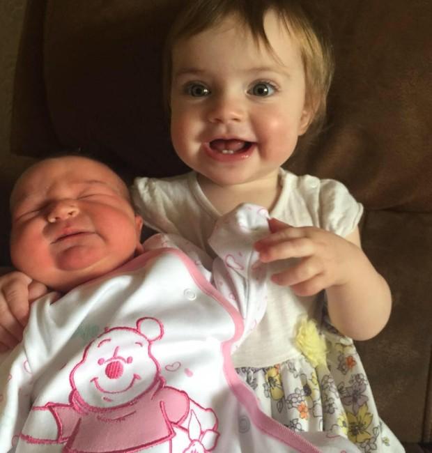 As duas crianças mais novas da família (Foto: Reprodução/ Facebook)