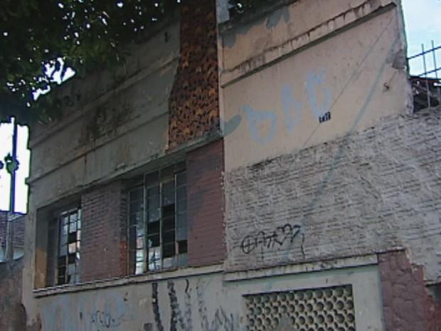 Bombeiros chegaram a tempo na antiga casa do Pelé (Foto: Reprodução / TV TEM)