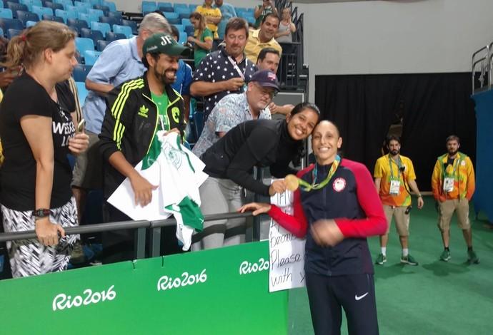 Fernanda Almeida posou com Diana Taurasi na final olímpica (Foto: Fernanda Almeida)