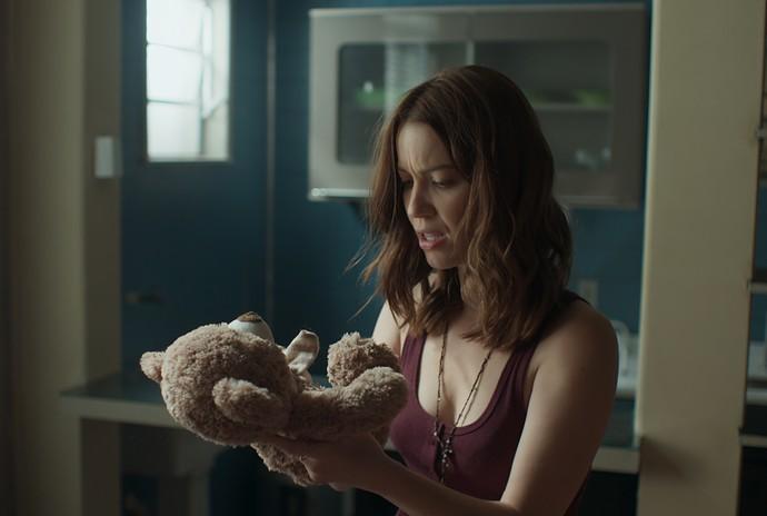 Júlia encontra urso de pelúcia igual ao que Alex lhe deu no apartamento do ex (Foto: TV Globo)