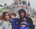 De surpresa, capuz e boné, Messi leva família para passear na Disney de Paris