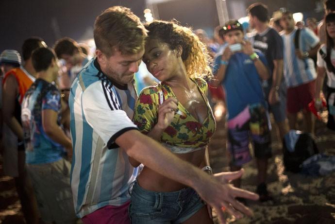 Foto da Agência AP mostra brasileira e argentino dançando na Fan Fest de Copacabanda, no Rio
