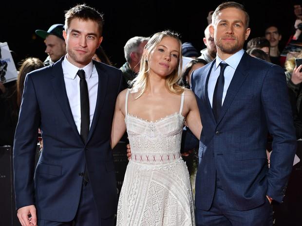 Robert Pattinson, Sienna Miller e Charlie Hunnam em première de filme em Londres, na Inglaterra (Foto: Ben Stansall/ AFP)