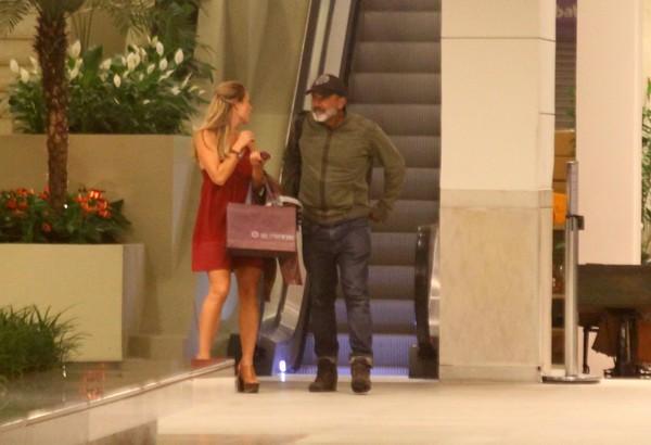 Paolla Oliveira e o namorado, Rogério Papinha, vão a shopping carioca