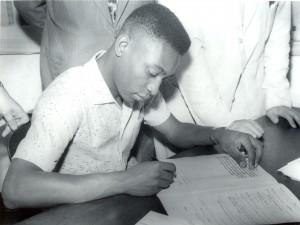 Pelé assina primeiro contrato com o Santos, em 1956 (Foto: Divulgação/Twitter)