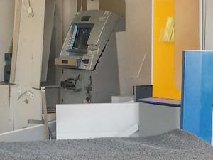 Caixa eletrônico foi explodido pela segunda vez em Petrolina, PE (Foto: Jadir Souza / TV Grande Rio)