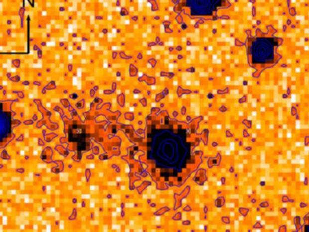 A galáxia de origem está no centro desta imagem em negativo e colorida artificialmente, registrada pelo telescópio Subaru (Foto: BBC/J Cooke Swinburne)